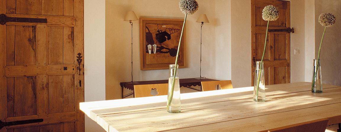 lakierowany drewniany stół