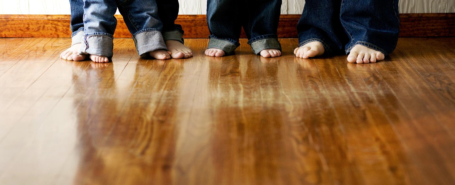 stopy na podłodze