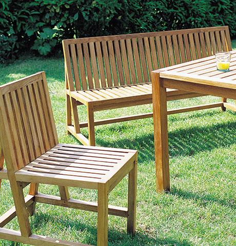 drewniane krzesła w ogrodzie