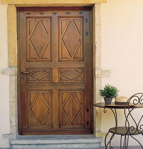 lakierowane drewniane drzwi